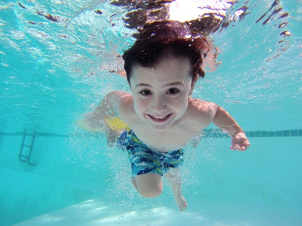 copil la cursul de înot