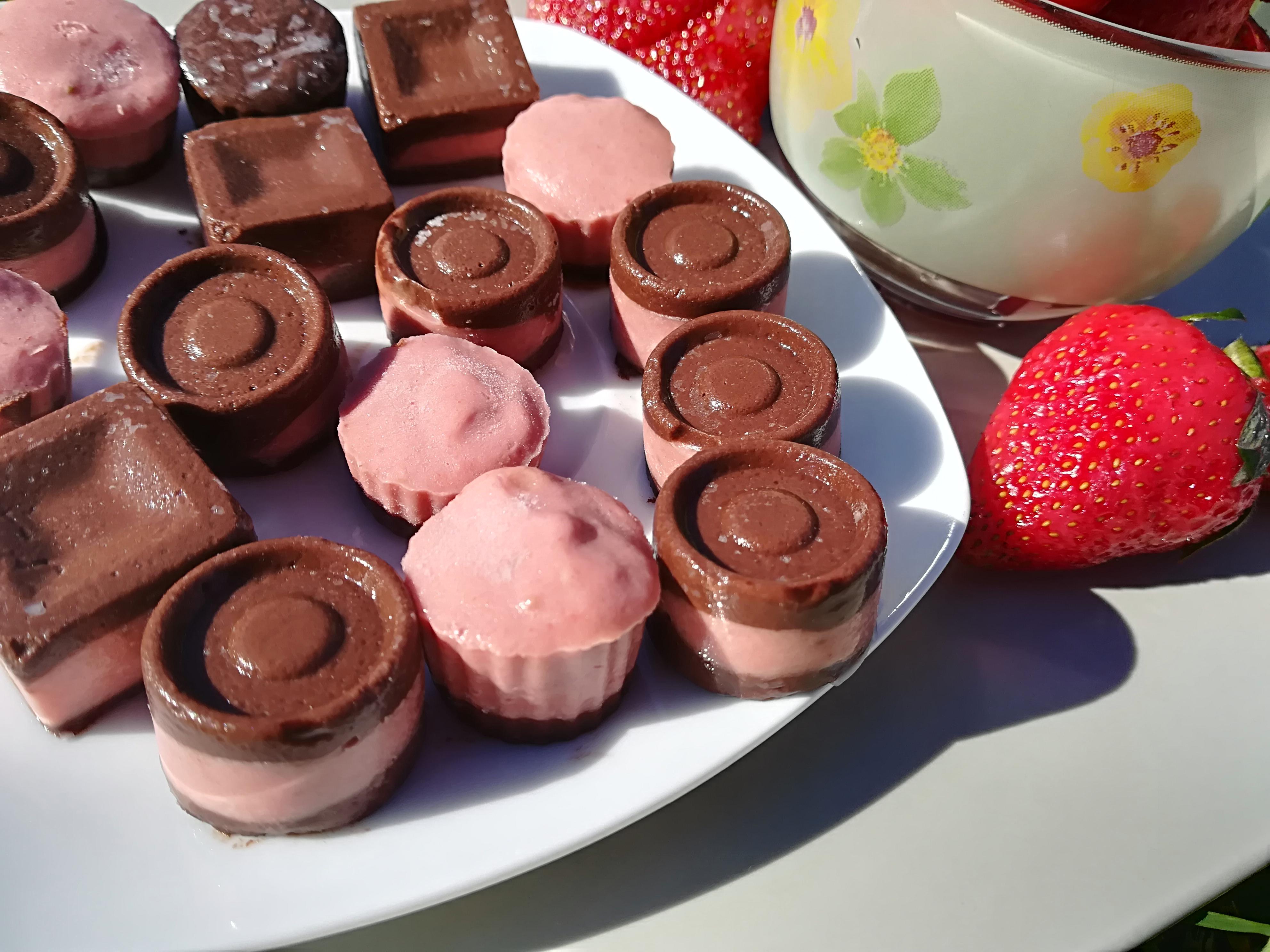 Praline de ciocolată cu cremă de căpşuni
