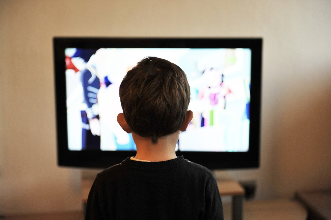 copil uitându-se la televizor